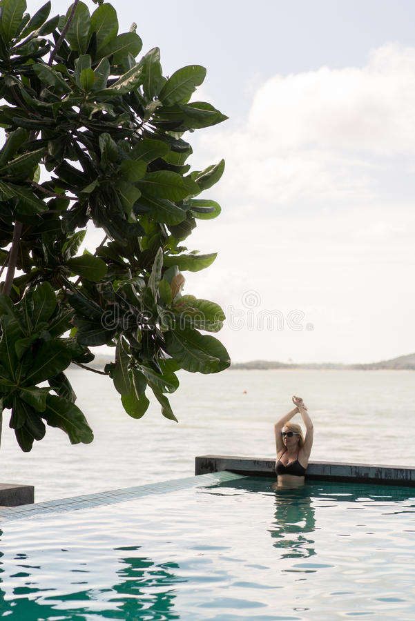 Natación de la mujer en piscina foto de archivo