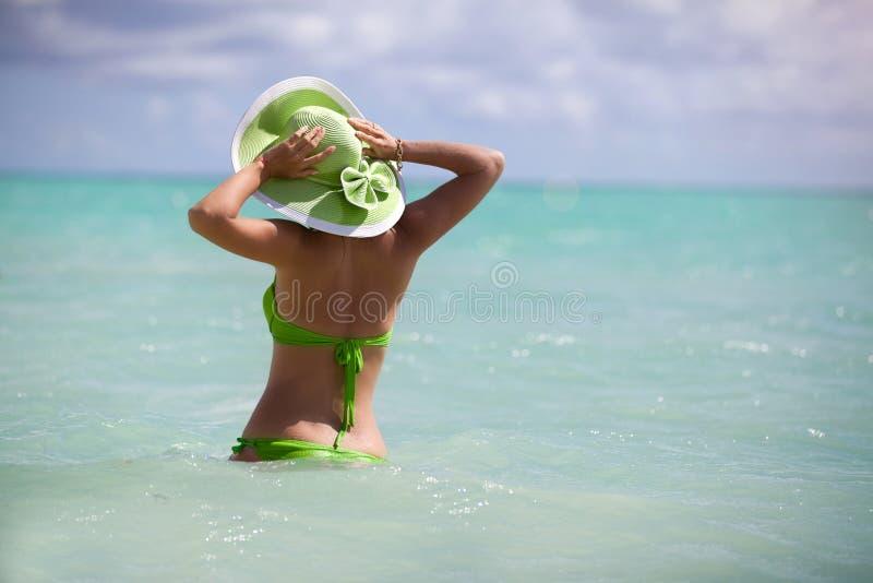 Natación de la mujer joven en el mar hermoso fotografía de archivo