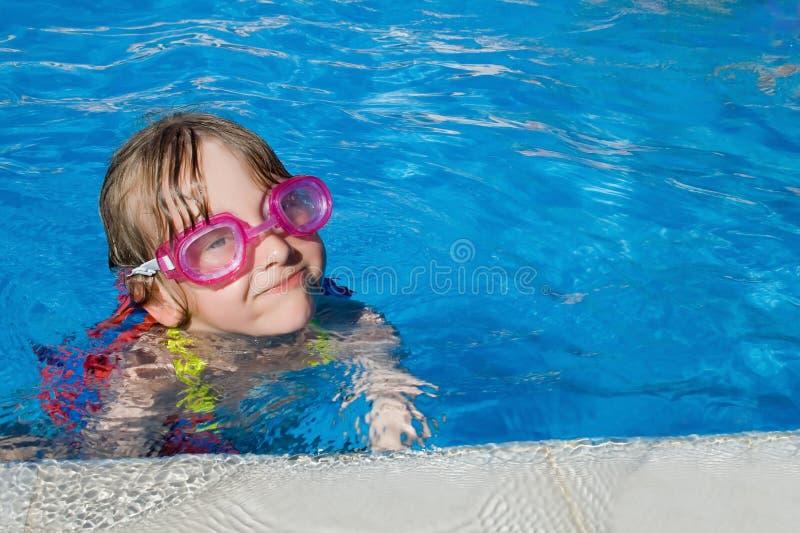 Natación de la muchacha en piscina con las gafas imagenes de archivo