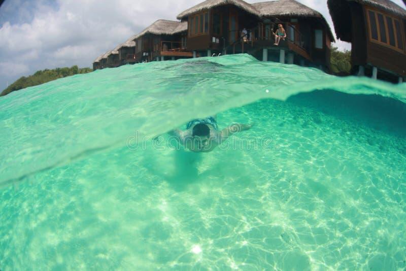 Natación del individuo del hombre en el salto del océano fotografía de archivo libre de regalías