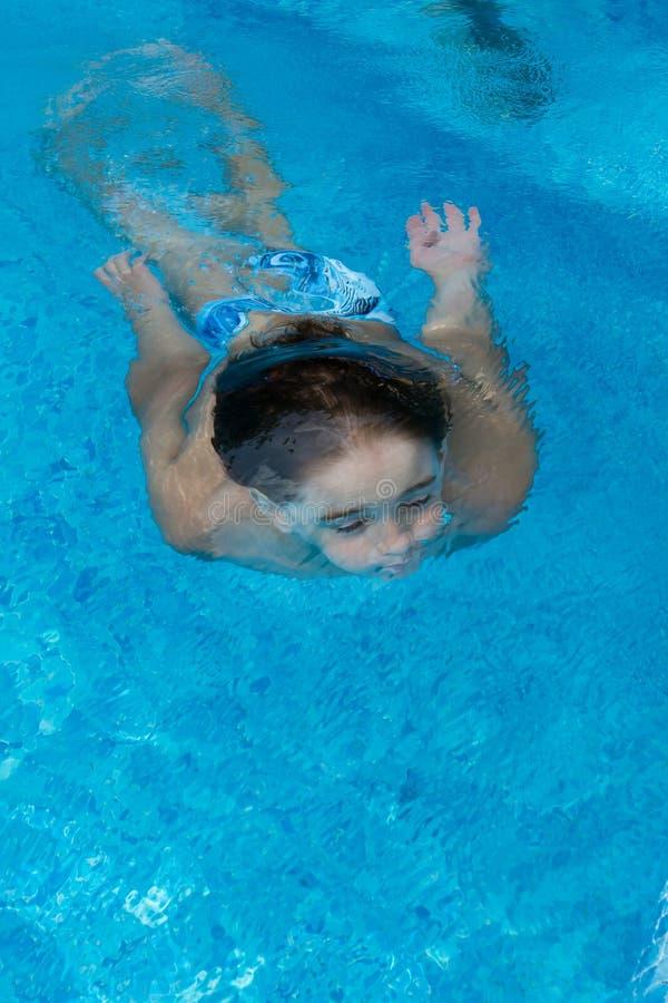 Natación del muchacho bajo el agua fotografía de archivo