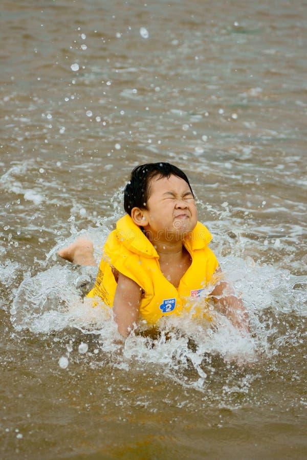 Natación del muchacho en el mar fotografía de archivo