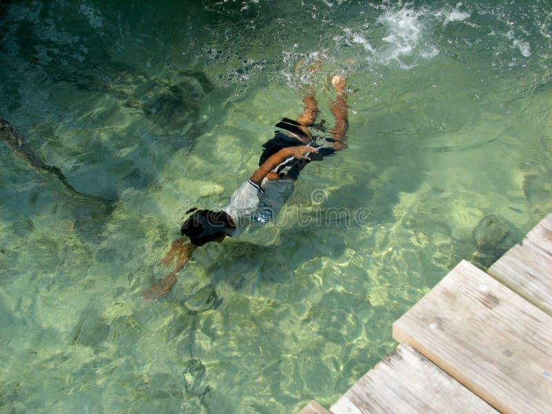 Natación del niño bajo el agua foto de archivo