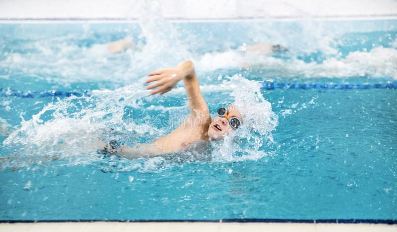 Natación del niño pequeño en piscina fotos de archivo libres de regalías
