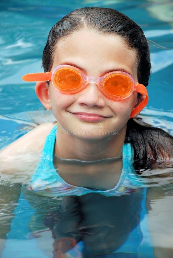 Natación del verano con los anteojos imagenes de archivo