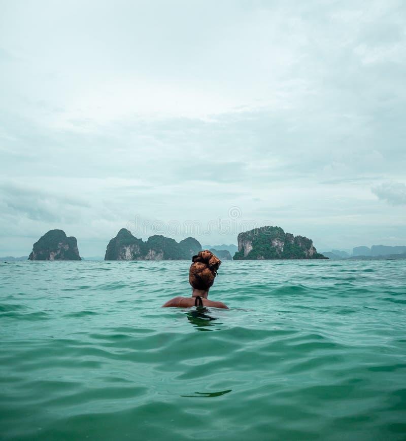 Natación femenina a solas del viajero en la bahía de Phang Nga, Tailandia imágenes de archivo libres de regalías