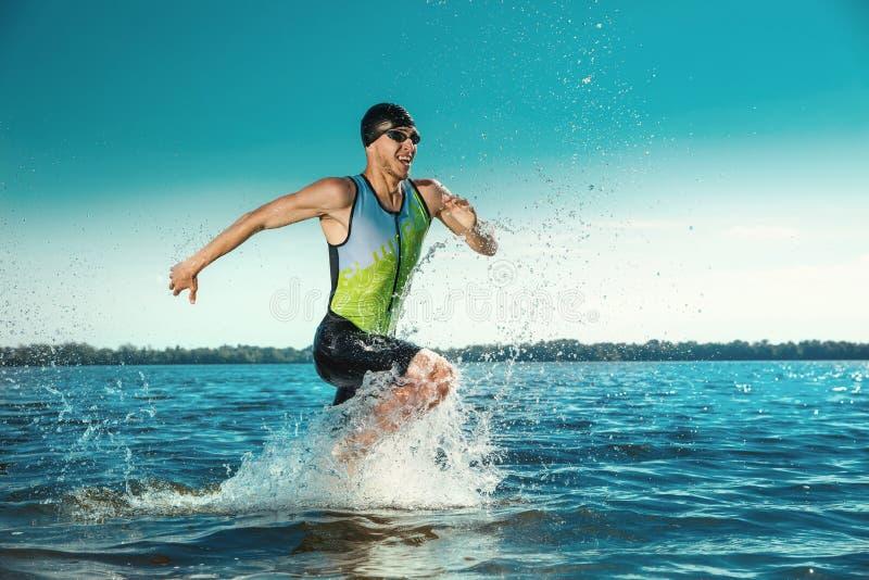 Natación profesional del triathlete en el agua abierta del río fotos de archivo