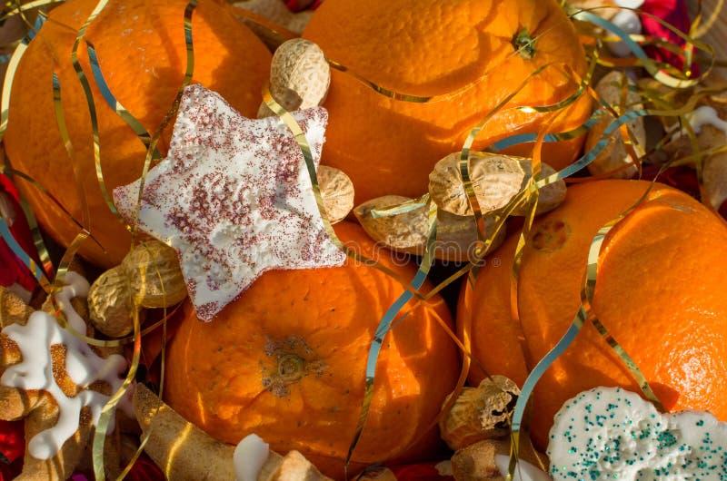 Natal ainda com amendoins das laranjas e decoração da estrela fotografia de stock royalty free