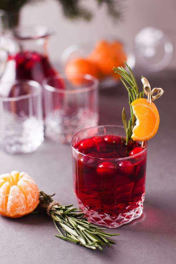 Natal, bebidas da ação de graças outono, grogue do cocktail do inverno, sangria quente, vinho ferventado com especiarias - alecri fotografia de stock royalty free