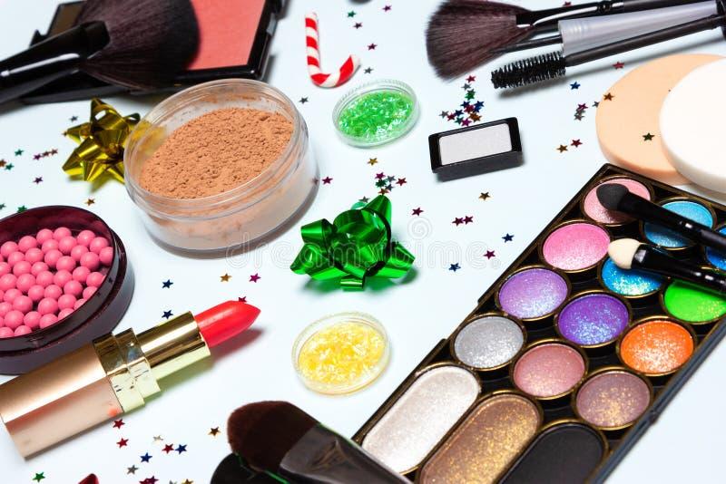 Natal - close-up dos cosméticos e dos acessórios da composição do ano novo imagens de stock