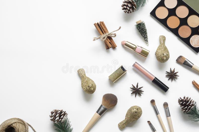 Natal colocado liso e mesa da beleza do ano novo feliz com cosméticos, acessórios, de ornamento do Natal as decorações e os cones fotografia de stock