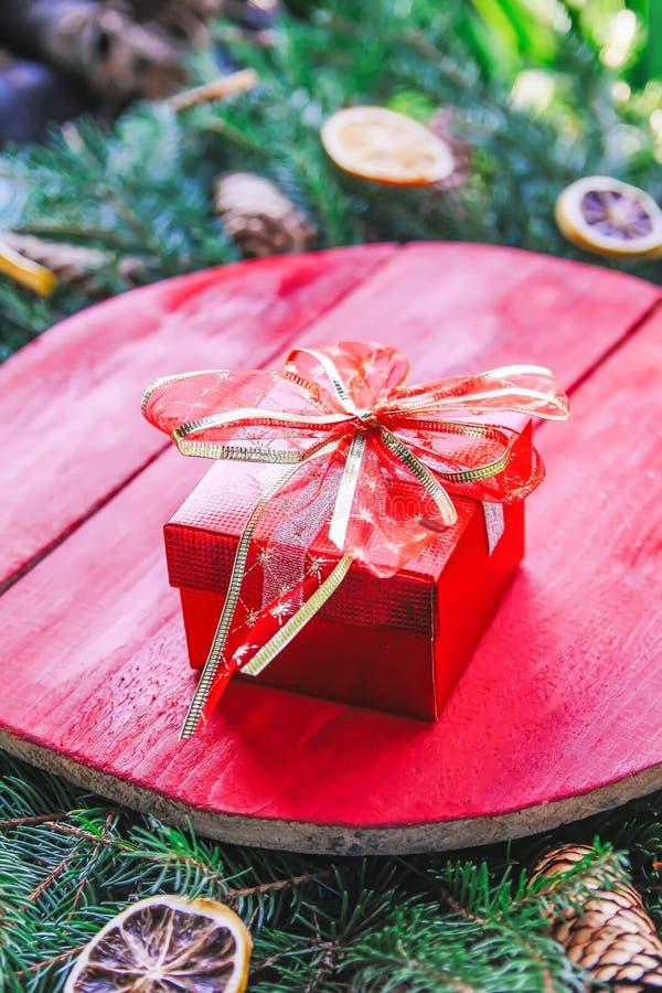 Natal, composição do feriado de inverno do ano novo com superfície de madeira vermelha em ramos verdes do abeto, fatias alaranjad fotos de stock royalty free