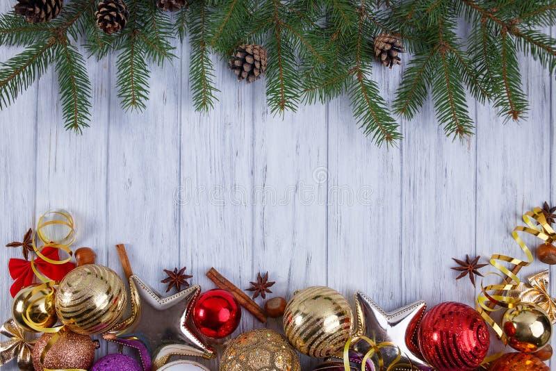 Natal, composição dos feriados do ano novo com decorações, cones imagens de stock