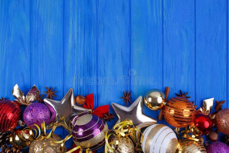 Natal, composição dos feriados do ano novo com decorações e vagabundos imagem de stock royalty free