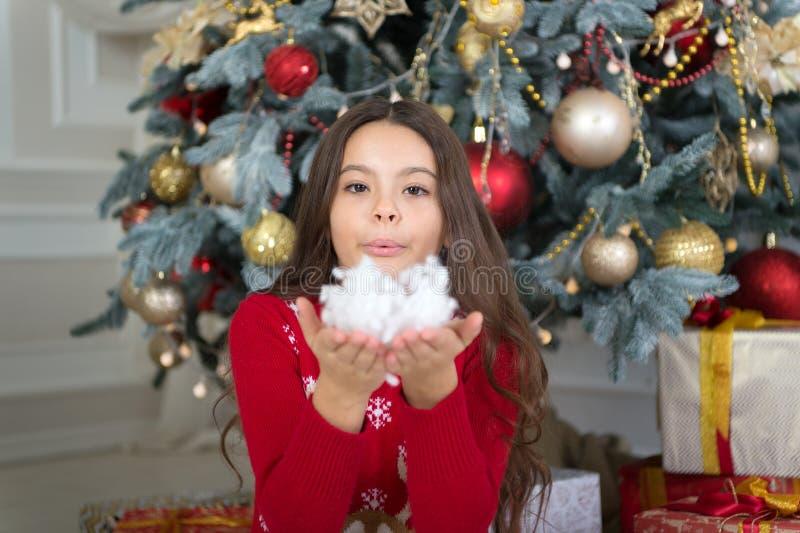 Natal A criança aprecia o feriado A manhã antes do Xmas Feriado do ano novo Ano novo feliz gostos da menina da criança pequena foto de stock