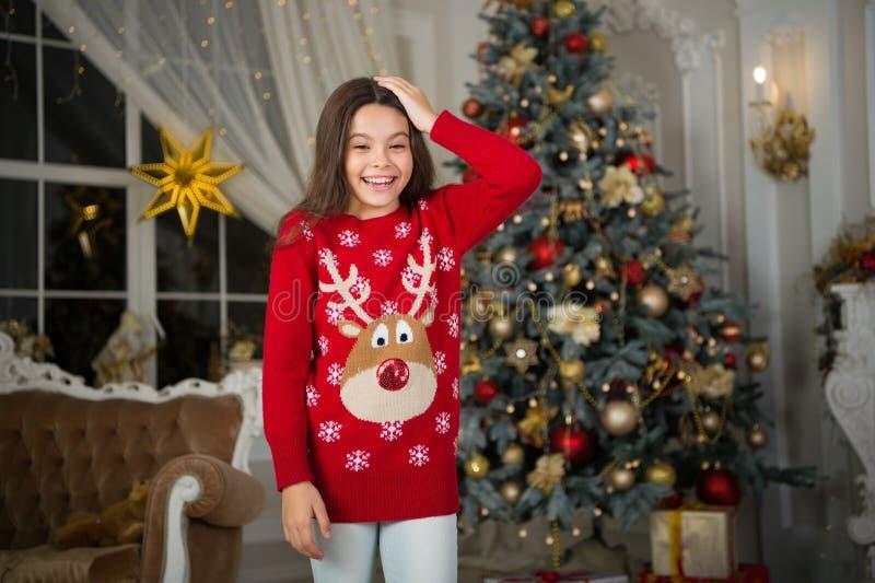 Natal A criança aprecia o feriado A manhã antes do Xmas Feriado do ano novo Ano novo feliz gostos da menina da criança pequena fotografia de stock
