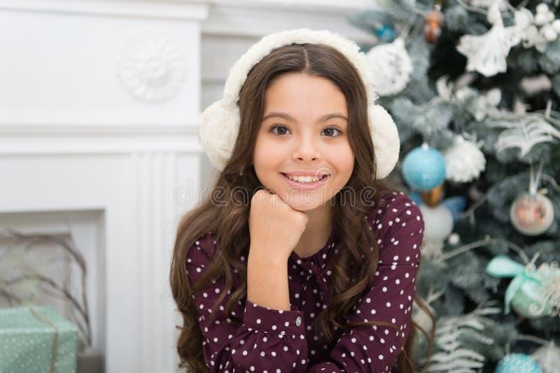 Natal A criança aprecia o feriado manhã antes do Xmas Feriado do ano novo Ano novo feliz Pouco menina da criança como o presente  fotografia de stock royalty free