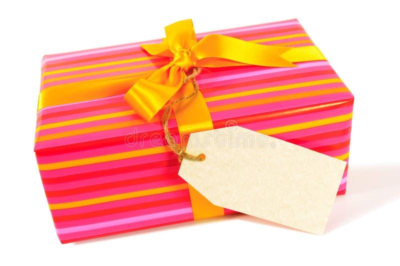 Natal da listra dos doces ou presente de aniversário, fita do ouro amarelo, etiqueta vazia do presente ou etiqueta isolados no fu fotografia de stock royalty free