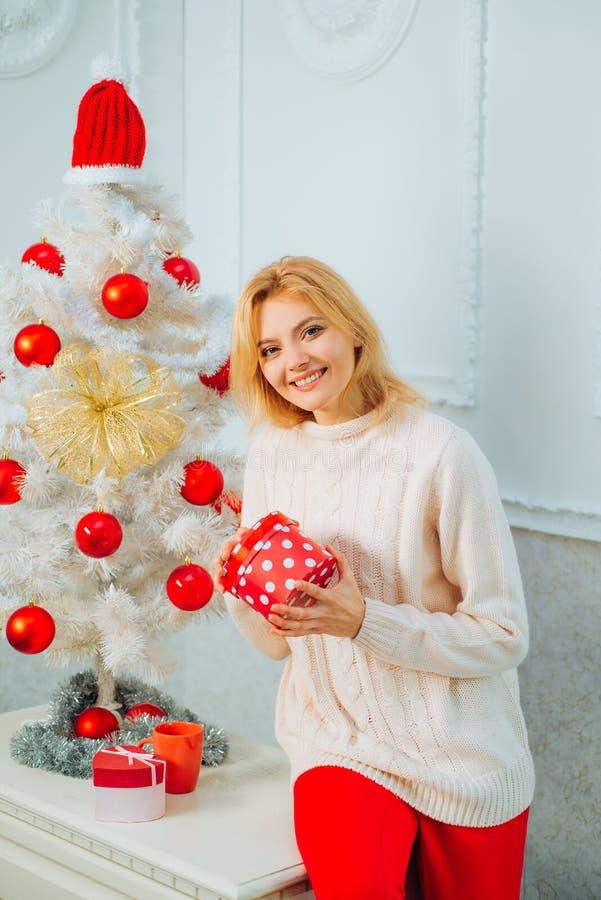 Natal da mulher feliz Santa no feriado, celebração do Natal, feriado Presente do ano novo Feliz Natal fotografia de stock royalty free
