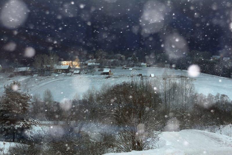 Natal da vila da neve da noite fotografia de stock royalty free