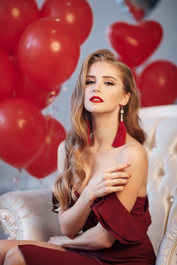 Natal de espera da jovem mulher bonita em casa imagem de stock