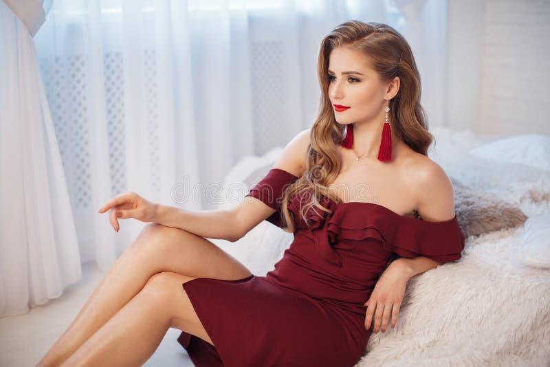 Natal de espera da jovem mulher bonita em casa imagens de stock