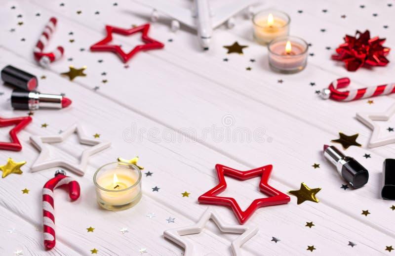 Natal de Flatlay e decoração do ano novo na mesa de madeira branca com cosméticos e acessórios fotografia de stock royalty free