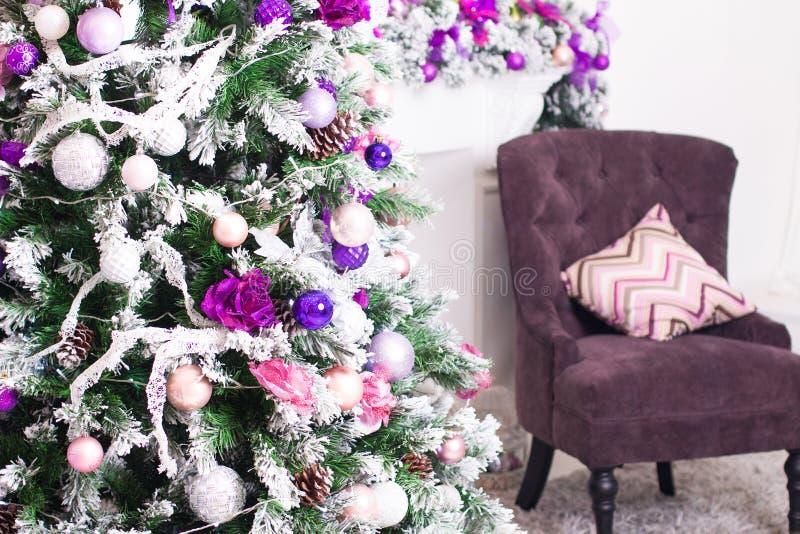 Natal decorado e caixa de presente na sala clara Tempo do feriado fotos de stock