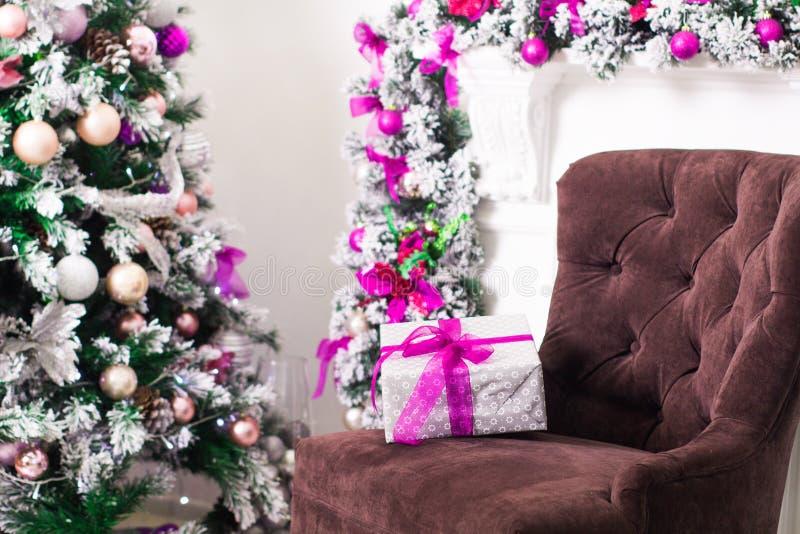 Natal decorado e caixa de presente na sala clara Tempo do feriado foto de stock
