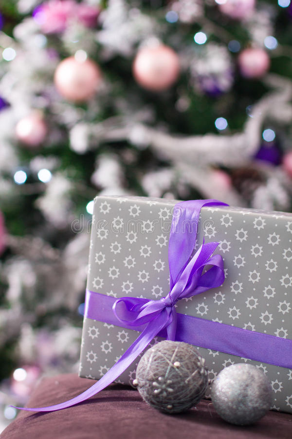 Natal decorado e caixa de presente na sala clara Tempo do feriado fotos de stock royalty free