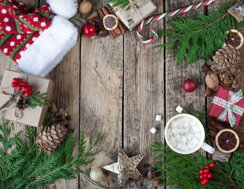 Natal do projeto do Natal Composição do Natal no fundo de madeira do vintage, com bebidas quentes, cacau, café ou chocolate quent foto de stock