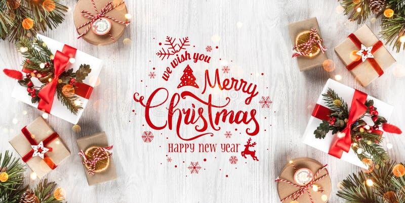 Natal e ano novo tipográficos no fundo de madeira branco com ramos do abeto, presentes Tema do Xmas e do ano novo feliz, neve ilustração do vetor