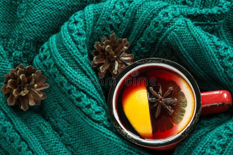 Natal e bebida quente tradicional do inverno Vinho ferventado com especiarias na caneca vermelha com a especiaria envolvida na ca foto de stock royalty free