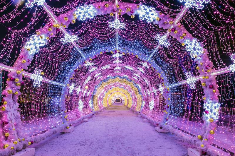 Natal em Moscovo túnel leve das cordas nas ruas de M imagens de stock royalty free