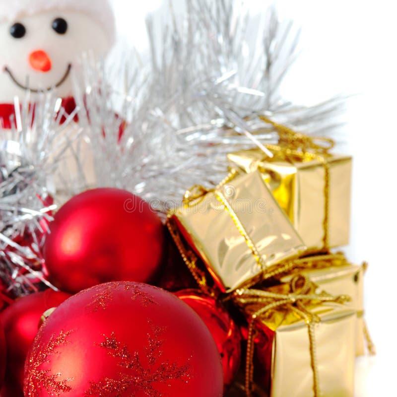 Natal feliz, ano novo, boneco de neve, presentes em umas caixas do ouro e bolas vermelhas em um fundo branco fotos de stock