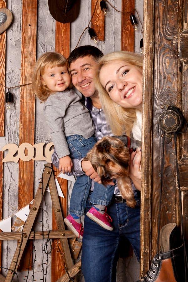 Natal feliz da família Mãe, pai, bebê e cão fotos de stock royalty free