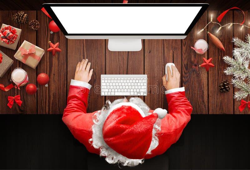 Natal na casa de Santa Claus Uso de Santa Claus um computador responder às letras fotos de stock royalty free
