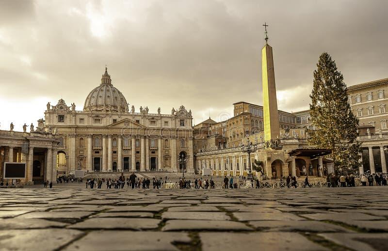 Natal no Vaticano com uma árvore da cena e de Natal da natividade imagem de stock