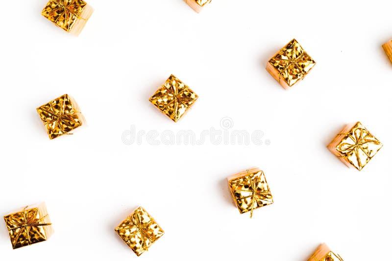 Natal ou composição do quadro do ano novo em cores do ouro no fundo branco com espaço vazio da cópia para o texto Feriado e celeb foto de stock