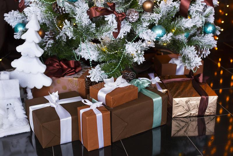 Natal ou presentes ou presentes do ano novo sob a árvore de Natal vestida fotos de stock