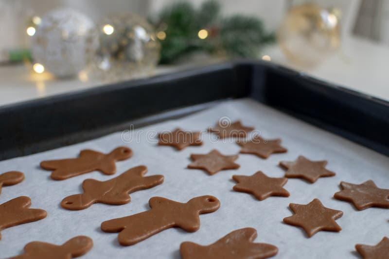 Natal que cozinha o fundo - foco seletivo de cookies caseiros do pão-de-espécie na folha de cozimento fotos de stock