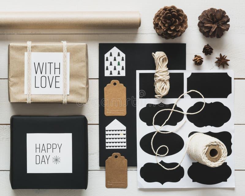 Natal que envolve a opinião da mesa da estação de cima de, conceito do xmas de DIY foto de stock royalty free