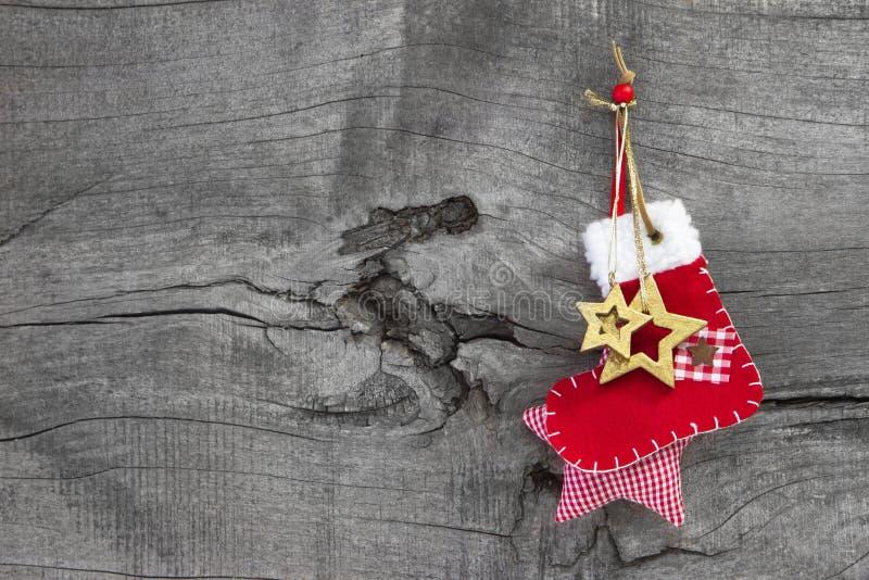 Natal vermelho ou bota de Santa em um estilo country gasto velho de madeira fotos de stock