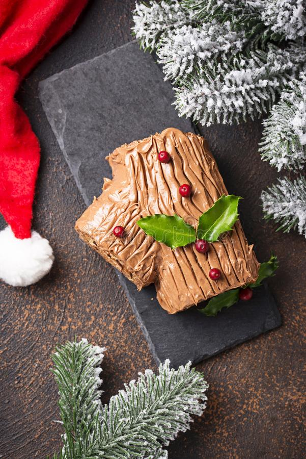 Natal Yule Log Cake Sobremesa tradicional do chocolate imagem de stock royalty free
