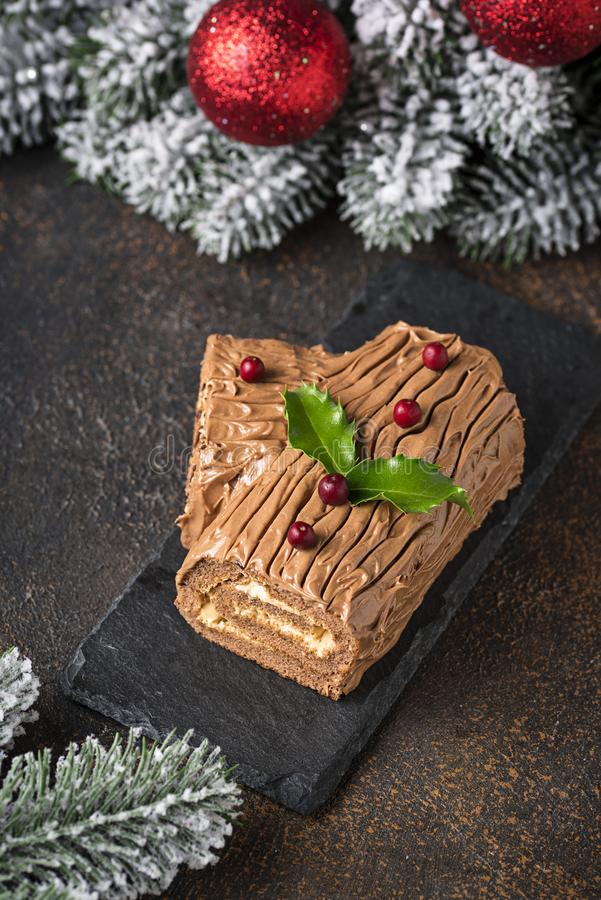 Natal Yule Log Cake Sobremesa tradicional do chocolate imagem de stock