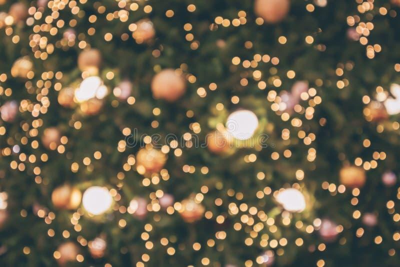 Natale astratto della sfuocatura con la luce festiva del bokeh dell'oro fotografie stock