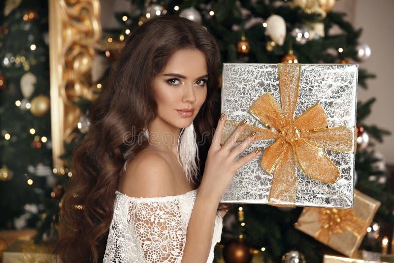 Natale Bella donna sorridente con il contenitore di regalo interi di modo immagine stock libera da diritti