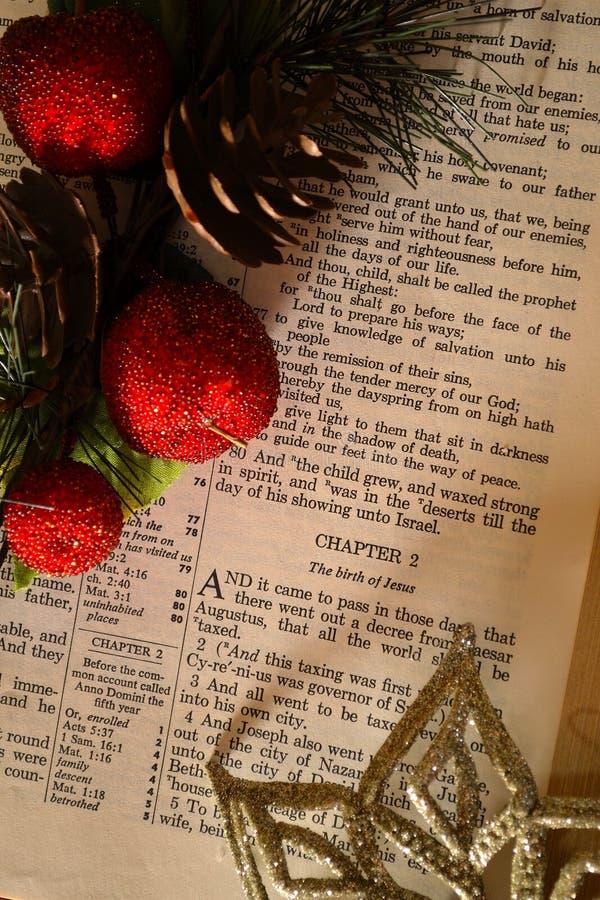 Natale/bibbia aperta alla storia e decorata immagine stock libera da diritti