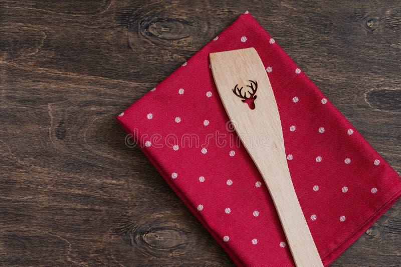 Natale che cucina l'asciugamano e gli utensili rossi del pois con la renna Vista superiore con lo spazio della copia immagine stock