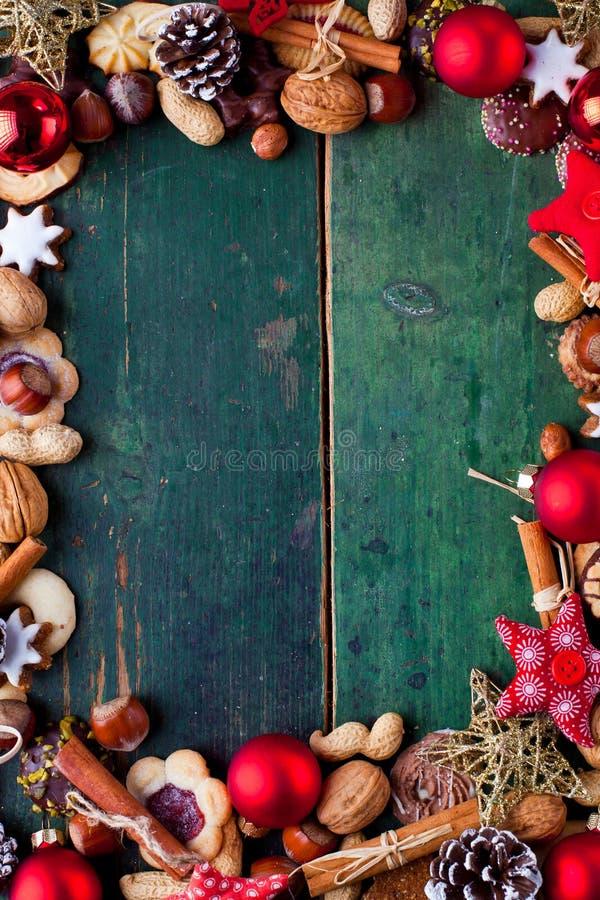 Natale che cuoce fondo, biscotti sugli ambiti di provenienza di legno fotografia stock libera da diritti